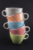 Cuatro tazas de té apiladas en negro Imagen de archivo libre de regalías