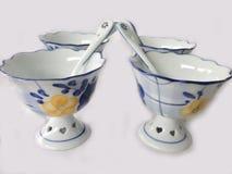 Cuatro tazas del helado con las cucharas Fotos de archivo