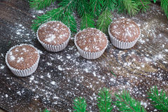 Cuatro tortas de la Navidad, fondo de madera sitiado por la nieve del invierno, abeto tr Fotos de archivo libres de regalías