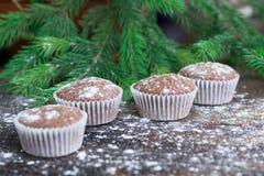 Cuatro tortas de la Navidad, fondo de madera sitiado por la nieve del invierno, abeto tr Fotografía de archivo