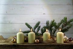 Cuatro velas ardientes blancas en el cuarto advenimiento, decoración de la Navidad Fotografía de archivo libre de regalías