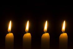 Cuatro velas ardientes para el advenimiento - la Navidad Imágenes de archivo libres de regalías