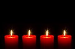 Cuatro velas ardientes rojas para el advenimiento Foto de archivo libre de regalías