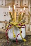 Cuatro velas de oro, decoración tradicional de la Navidad Imagenes de archivo