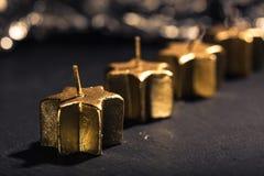 Cuatro velas de oro del advenimiento en fila Imagenes de archivo