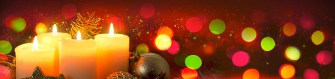 Cuatro velas del advenimiento con la decoración de la Navidad Imágenes de archivo libres de regalías