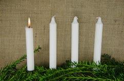 Cuatro velas del advenimiento en un fondo de la arpillera Fotos de archivo