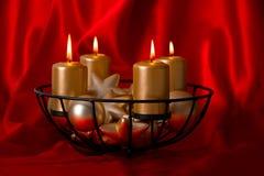 Cuatro velas y bolas de oro ardiendo de la Navidad Fotografía de archivo libre de regalías