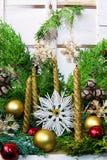Cuatro velas y decoraciones de la Navidad imagen de archivo