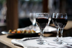 Cuatro vidrios con el vino en un sol Imágenes de archivo libres de regalías
