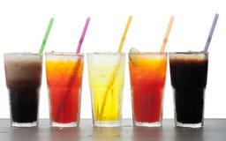 Cuatro vidrios de sodas frías, frescas, hechas en casa con hielo y de drinkin Fotografía de archivo