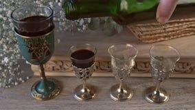 Cuatro vidrios kosher del vino del d?a de fiesta del matzoth de la celebraci?n del matzoh del pan jud?o del passover almacen de video
