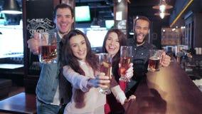 Cuatro viejos amigos en la barra con un vidrio de cerveza almacen de metraje de vídeo