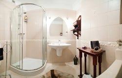 Cubículo de la ducha en cuarto de baño moderno imagen de archivo libre de regalías