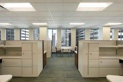 Cubículos en el edificio de oficinas céntrico Fotografía de archivo libre de regalías