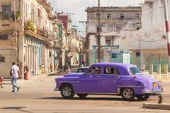 cuba autentisk gammal gata i staden av havannacigarren i det gamla området av Serrra En tappningbil på vägen arkivbild