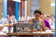 CUBA, AVANA - 5 MAGGIO 2017: Lavoratori alla fabbrica dell'indumento Copi lo spazio immagine stock libera da diritti