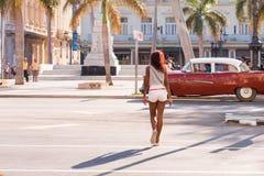 CUBA, AVANA - 5 MAGGIO 2017: Retro automobile marrone americana sullo streptococco della città fotografie stock
