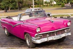 CUBA, AVANA - 5 MAGGIO 2017: Retro cabriolet rosa americano sulla via della città Primo piano Immagini Stock Libere da Diritti