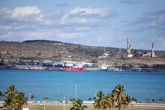 cuba B?timents industriels d'usine par la mer photos stock
