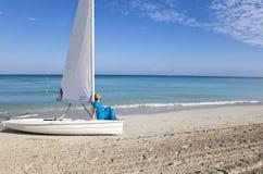 cuba Belle femme sur la mer bleue près du bateau avec une voile image stock