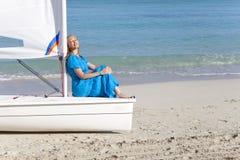 cuba Belle femme sur la mer bleue pr?s du bateau avec une voile photos libres de droits