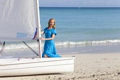 cuba Belle femme sur la mer bleue pr?s du bateau avec une voile photographie stock libre de droits
