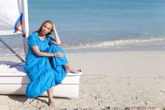 cuba Belle femme sur la mer bleue pr?s du bateau avec une voile photographie stock