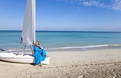 cuba Belle femme sur la mer bleue pr?s du bateau avec une voile image stock