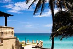 Cuba Buliding en Strandmening met palmen Stock Afbeeldingen