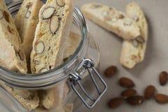 Cuba de biscotties que estão no pano Fotografia de Stock