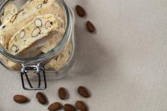 Cuba de biscotties que estão no pano Fotos de Stock Royalty Free
