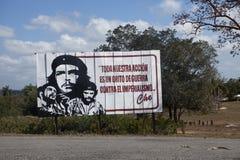CUBA 28 DE JANEIRO DE 2013: cartaz com as citações das indicações do herói da revolução cubana Che Guevara sobre a estrada Imagens de Stock Royalty Free