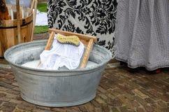 Cuba de lavagem do estilo tradicional com placa de lavagem Imagens de Stock Royalty Free