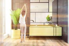 Cuba e menina de madeira brancas e pretas do amarelo do banheiro Fotografia de Stock Royalty Free