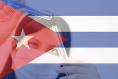 Cuba e vaccino del cancro, giovane ricercatore femminile chimico che tiene due tubi di vetro Fotografia Stock Libera da Diritti