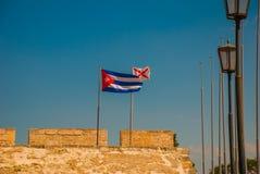 cuba flagga Fortaleza de San Carlos de La Cabana, fort av den St Charles ingången havana Gammal fästning i Kuba royaltyfria foton
