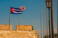 cuba flagga Fortaleza de San Carlos de La Cabana, fort av den St Charles ingången havana Gammal fästning i Kuba royaltyfri foto
