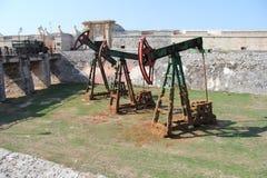 Cuba, Habana, la fortaleza, la fosa, plataformas petroleras viejas fotos de archivo