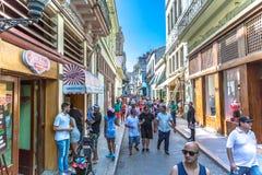 Cuba, Havana - breng 9de 2018 in de war - Toeristen die bij de hoofdweg van Havana in een blauwe hemeldag lopen, Cuba stock afbeelding