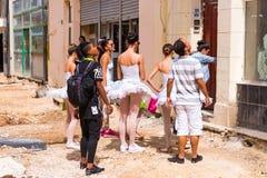 CUBA, HAVANA - 5 DE MAIO DE 2017: Bailarinas nas ruas de Havana imagens de stock