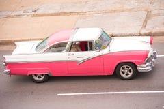 CUBA, HAVANA - 5 DE MAIO DE 2017: Carro retro americano na rua da cidade Copie o espaço para o texto Foto de Stock Royalty Free