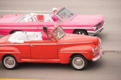 CUBA, HAVANA - 5 DE MAIO DE 2017: Carros retros americanos na rua da cidade Copie o espaço para o texto Fotos de Stock Royalty Free