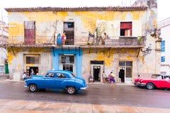 CUBA, HAVANA - 5 DE MAIO DE 2017: Carros retros americanos na rua da cidade Copie o espaço para o texto Fotografia de Stock Royalty Free