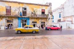 CUBA, HAVANA - 5 DE MAIO DE 2017: Carros retros americanos na rua da cidade Copie o espaço para o texto Fotografia de Stock