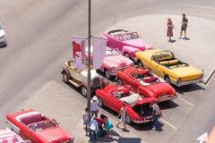 CUBA, HAVANA - 5 DE MAIO DE 2017: Carros retros coloridos americanos no parque de estacionamento Copie o espaço para o texto Vist Foto de Stock
