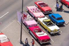 CUBA, HAVANA - 5 DE MAIO DE 2017: Carros retros coloridos americanos no parque de estacionamento Copie o espaço para o texto Vist Fotos de Stock Royalty Free