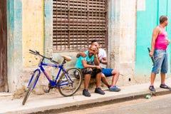 CUBA, HAVANA - 5 DE MAIO DE 2017: Indivíduos cubanos na rua de Havana Copie o espaço para o texto Fotografia de Stock