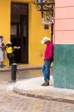 CUBA, HAVANA - 5 DE MAIO DE 2017: O homem no chapéu na rua de Havana, Cuba Copie o espaço vertical Imagens de Stock