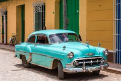 CUBA, HAVANA - 5 DE MAIO DE 2017: Um carro retro americano azul em uma rua da cidade Copie o espaço para o texto foto de stock